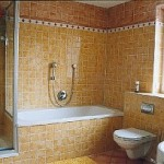 Mosaikbad, Wandbelag: Jasba Provence gelb und cotto, Profil- und Streifenbordüre; Bodenbelag: Jasba Provence cotto