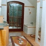 Modernes Wohnbad aus Kombinationen von Weiß- und Cottotönen
