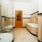 Stilvolles Bad, Wände bestehen aus 2 cm starken Kalksteinplatten aus Geschliffenem Marmorsockel, Oberer Abschluss Marmorbordüre und Ablagesims aus geschliffenem grünem Marmor