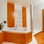 Modernes Bad als Kombination von Fliesen 20/30 mit Großformatplatten Megaceram 60/100 bzw. 60/60 (Boden)
