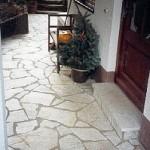 Außenterassen belegt mit polygonalen Silberquarzit-Platten