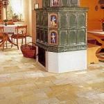 Traditioneller Grundkachelofen (Tiroler Bauart) auf Solnhofener Bodenplatten, bruchrauh