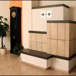 Holzbrandkachelofen für zwei Räume (Wohnzimmer) mit Großformatkacheln