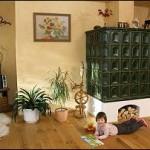 Traditioneller Holzbrandkachelofen mit Beheizung von Diele aus