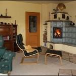 Holzbrandkachelofen mit beheizter Sitzbank