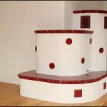 Holzbrandkachelofen in Keramik- und Putzkombination mit beheizter Sitzbank (Beheizung von Diele aus)