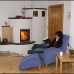 Holzbrandkachelofen in Keramik-Putzkombination mit Außenbefeuerung